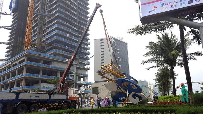 Đà Nẵng: Cổng chào, cây cối gãy ngã la liệt do bão  - ảnh 3