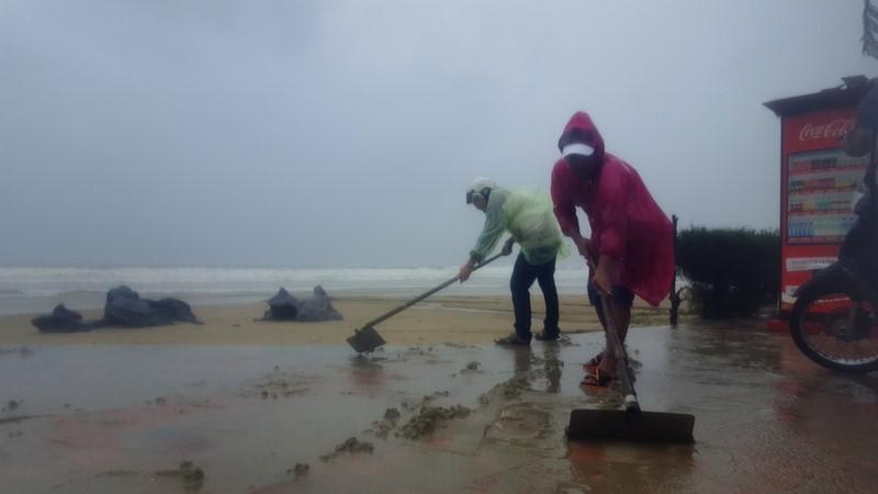 Đà Nẵng: Đội mưa gió khắc phục hậu quả bão số 12 - ảnh 1