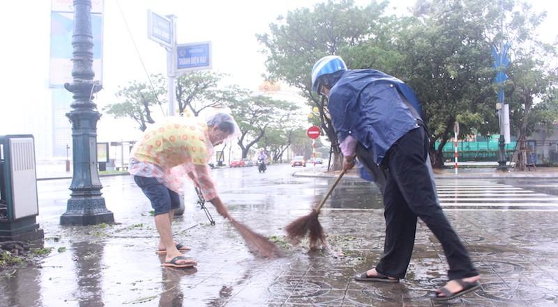 Đà Nẵng: Đội mưa gió khắc phục hậu quả bão số 12 - ảnh 4