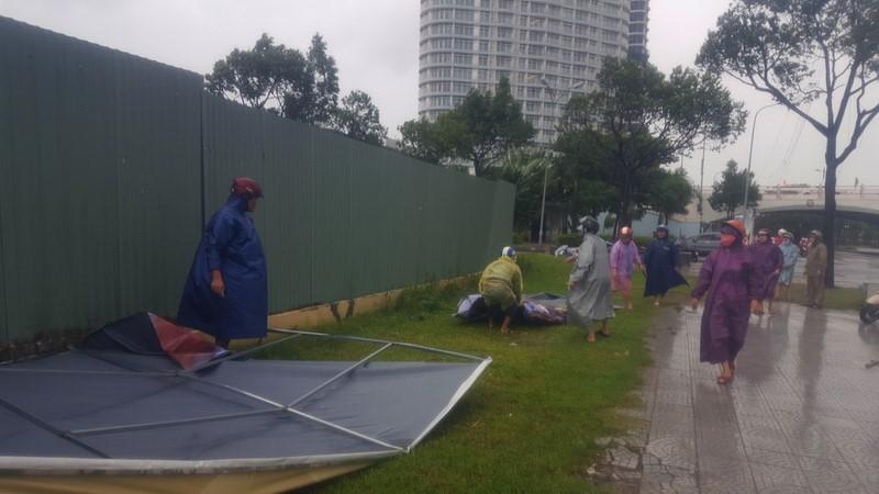Đà Nẵng: Đội mưa gió khắc phục hậu quả bão số 12 - ảnh 5