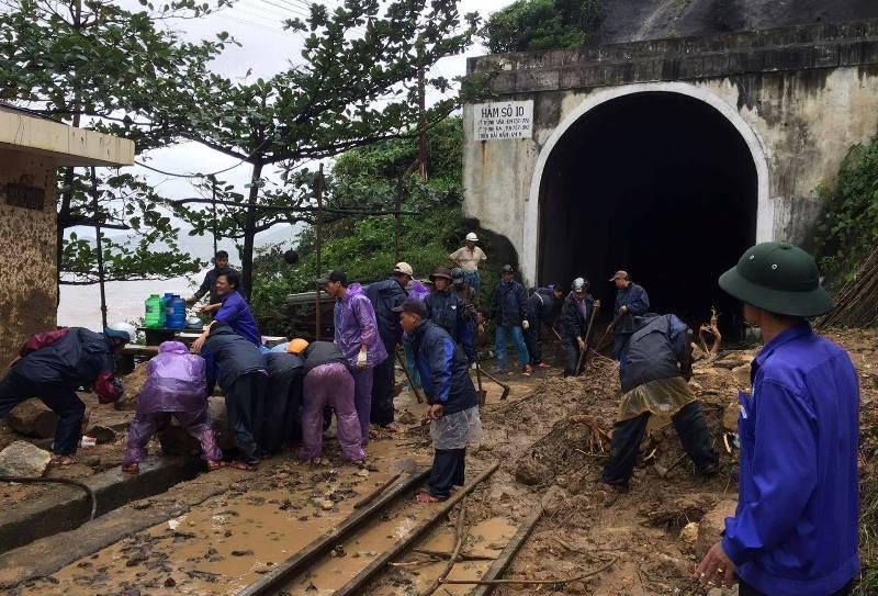 800 người được chuyển tải khẩn cấp vì lở núi - ảnh 1