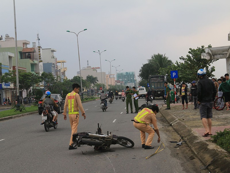 2 xe máy va chạm ở Đà Nẵng, 2 người thương vong - ảnh 1