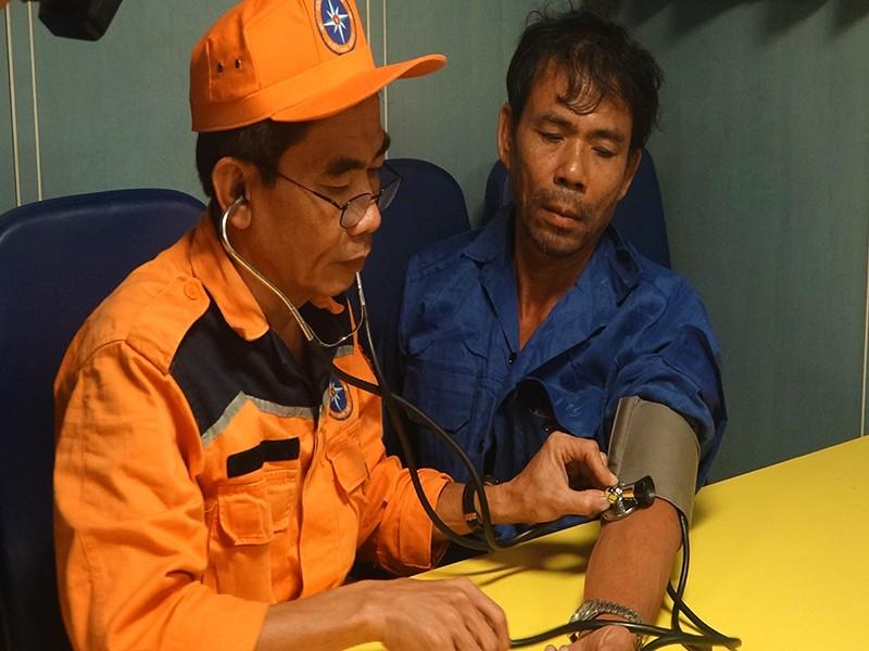 Cứu khẩn cấp 13 ngư dân tàu cá gặp nạn - ảnh 2