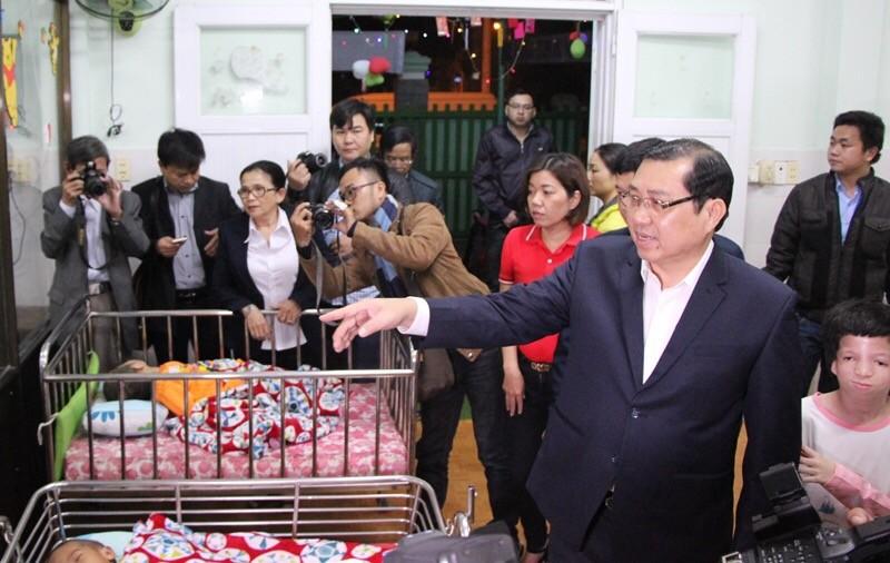 Chủ tịch Đà Nẵng lì xì trẻ mồ côi - ảnh 1