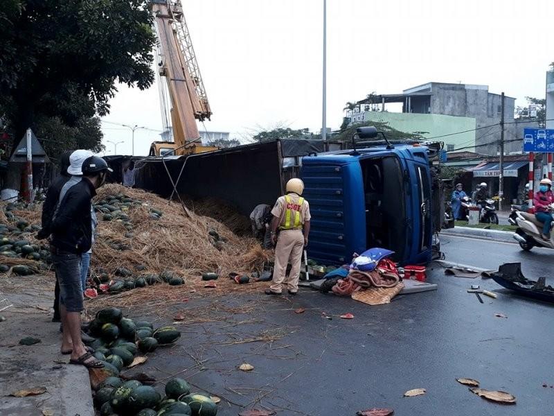 Xe tải bị lật, dưa hấu đổ tràn - ảnh 1