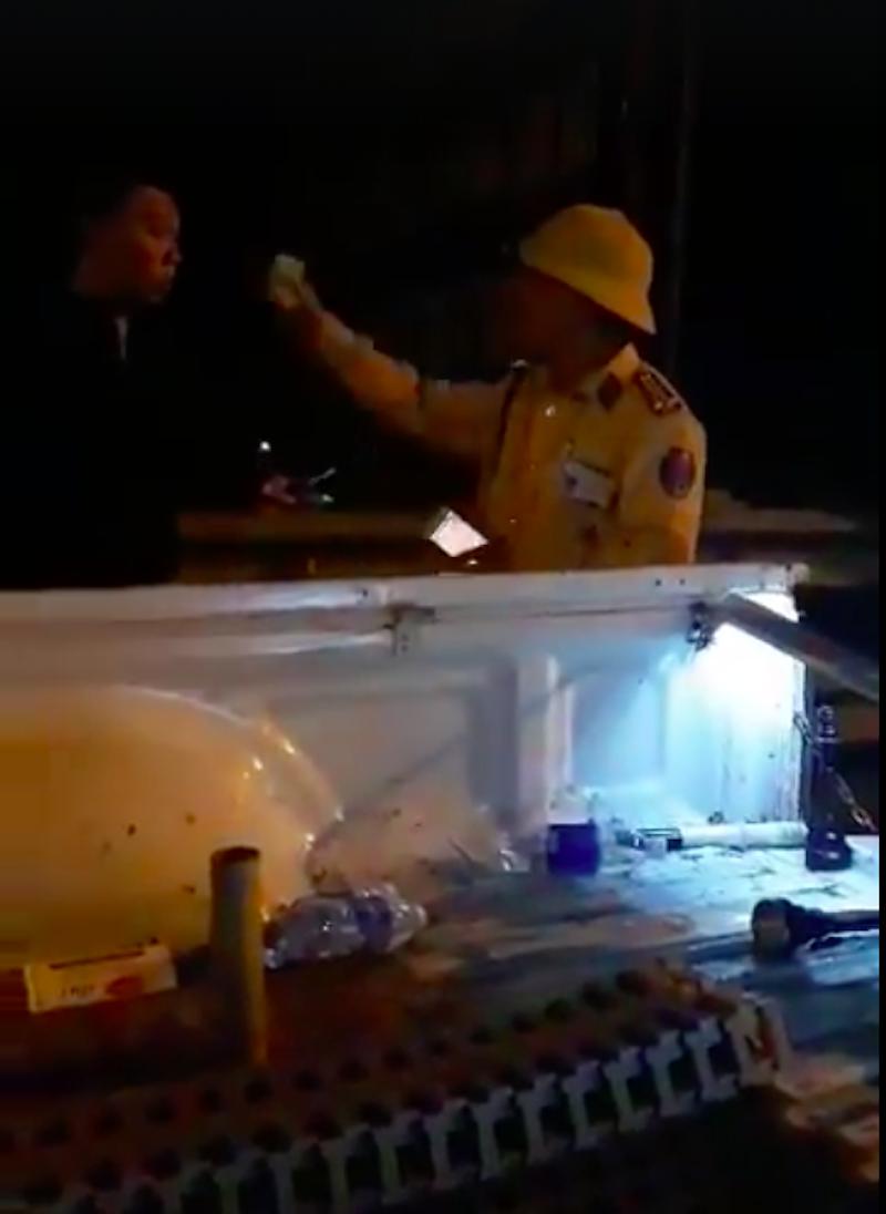 Đình chỉ công tác CSGT vung tay, rọi đèn vào mặt dân - ảnh 1