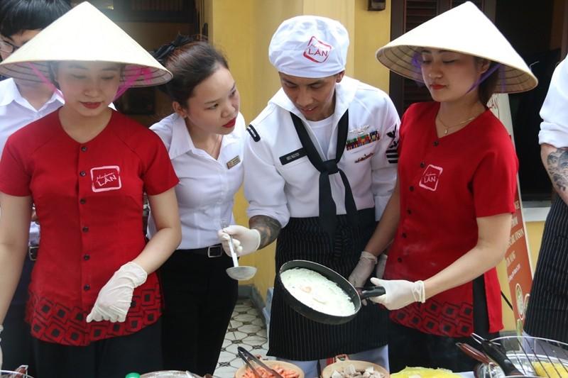 Hải quân Hoa Kỳ trổ tài nấu mỳ Quảng - ảnh 2