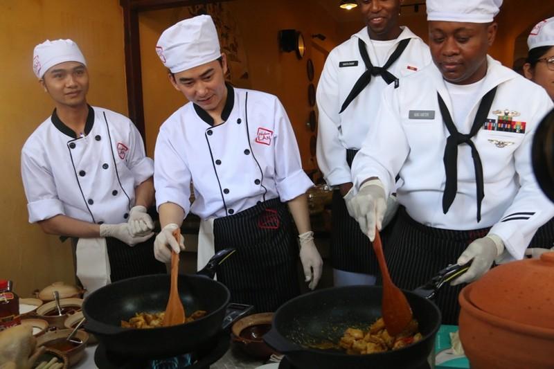 Hải quân Hoa Kỳ trổ tài nấu mỳ Quảng - ảnh 3