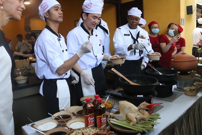 Hải quân Hoa Kỳ trổ tài nấu mỳ Quảng - ảnh 4