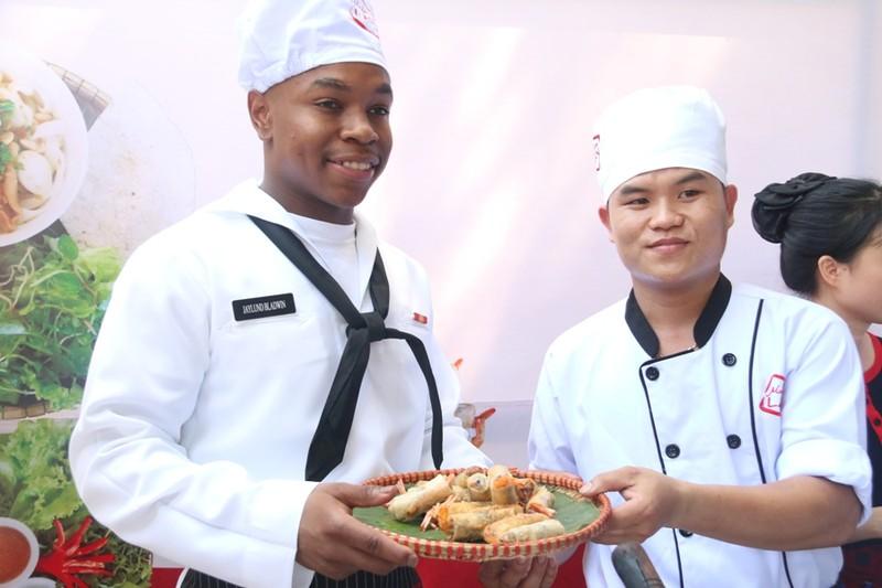 Hải quân Hoa Kỳ trổ tài nấu mỳ Quảng - ảnh 6