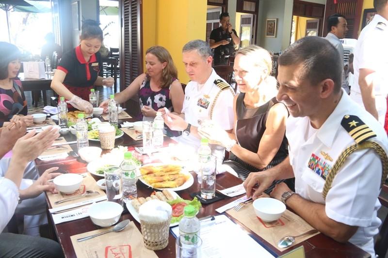Hải quân Hoa Kỳ trổ tài nấu mỳ Quảng - ảnh 7