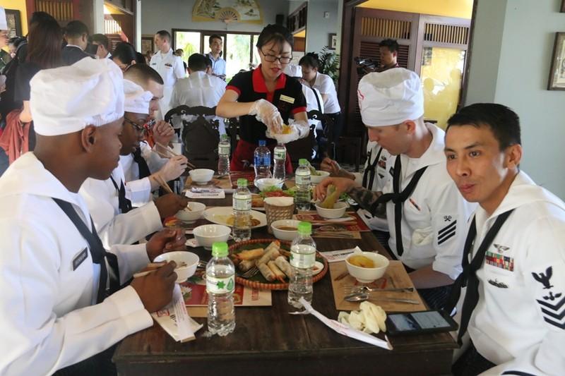 Hải quân Hoa Kỳ trổ tài nấu mỳ Quảng - ảnh 8