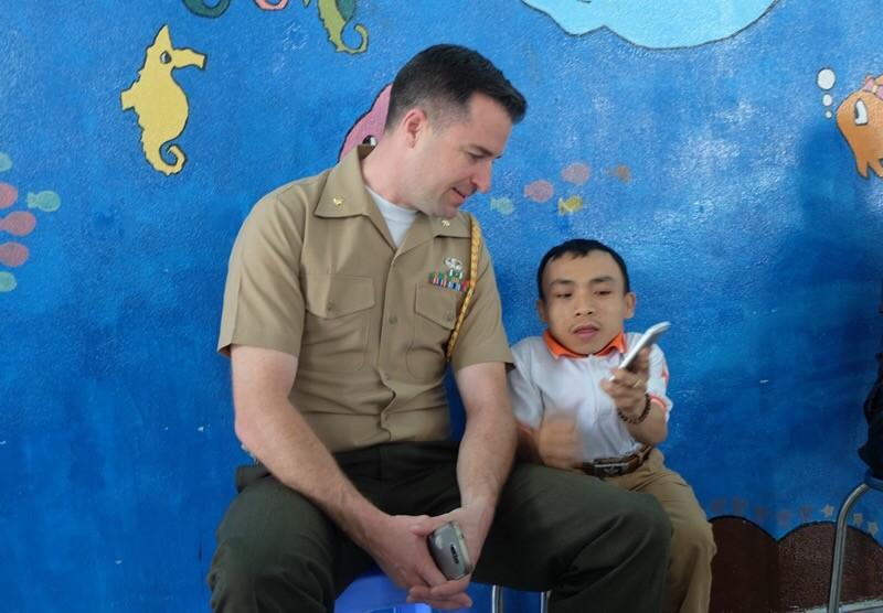 Lính hải quân Mỹ ôm nạn nhân chất độc da cam vào lòng - ảnh 4