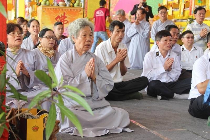 Từ rất sớm, các cựu chiến binh và đông đảo người nhà của các liệt sĩ đã có mặt tại chân cầu Mân Quang để làm lễ cầu siêu cho 64 liệt sĩ.