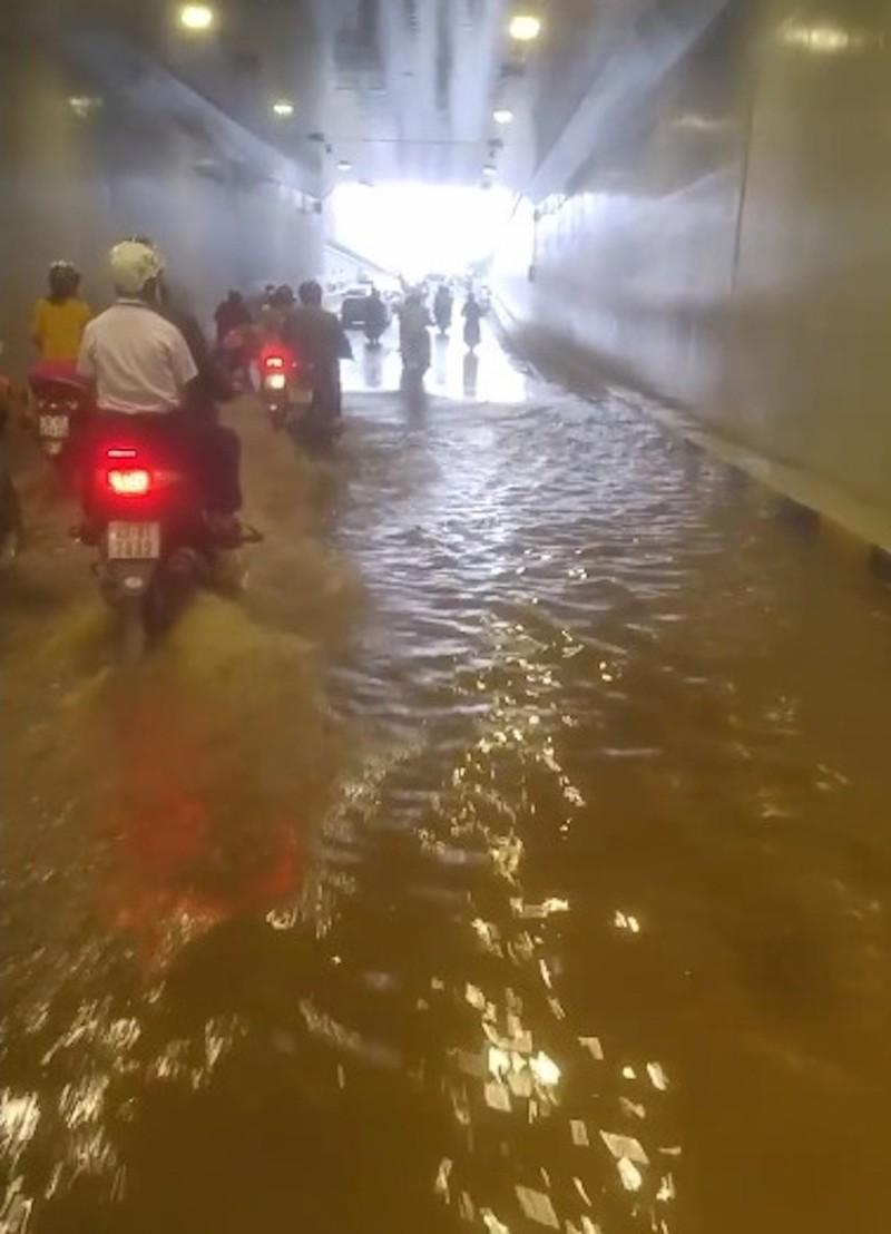 Hầm chui gần 120 tỉ mới thông xe đã ngập nước - ảnh 1