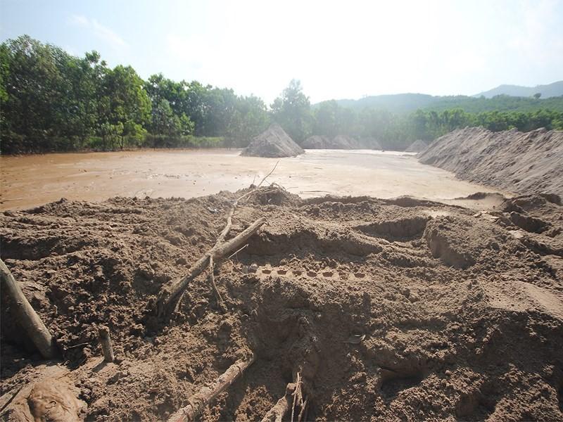 Phá đập cứu xe múc khiến bùn thải chảy ra sông - ảnh 1