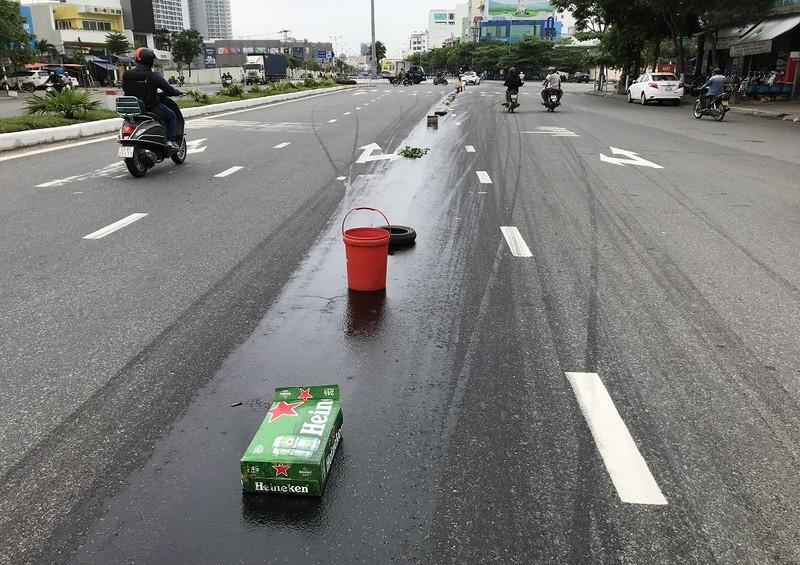 Cán vệt nhớt, hàng loạt xe máy ngã nhào trên đường - ảnh 1