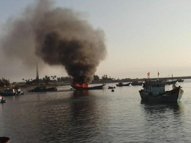 Tàu cá bốc cháy dữ dội, 11 ngư dân thoát chết - ảnh 1