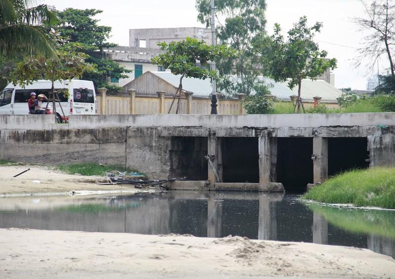 Nước thải bốc mùi hôi lại 'tấn công' biển Đà Nẵng - ảnh 2