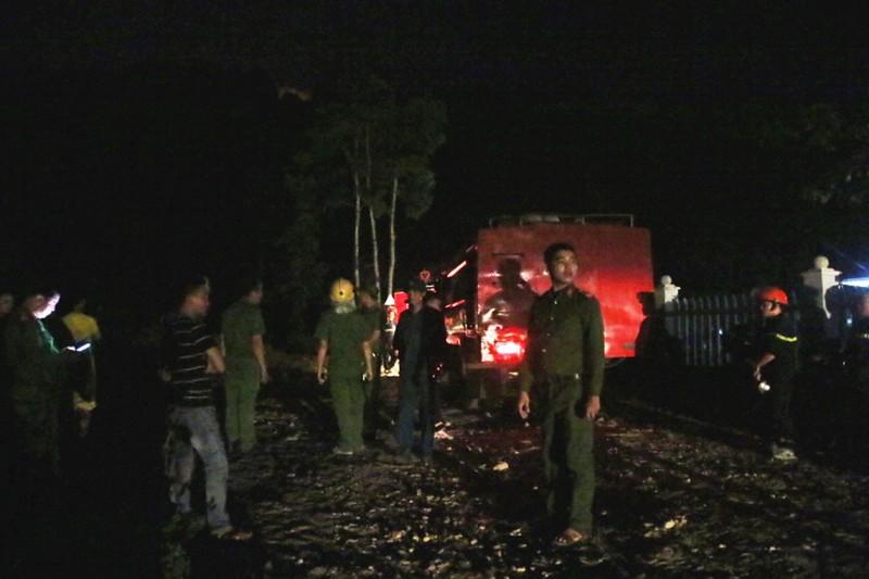 Hàng trăm người chữa cháy rừng trong đêm - ảnh 2
