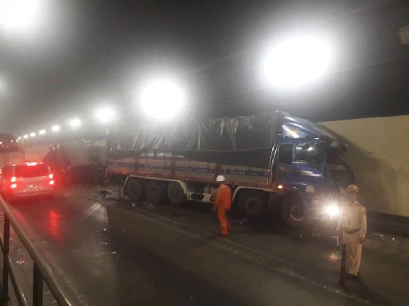 2 xe tải tông trong hầm Hải Vân làm 3 người bị thương - ảnh 1
