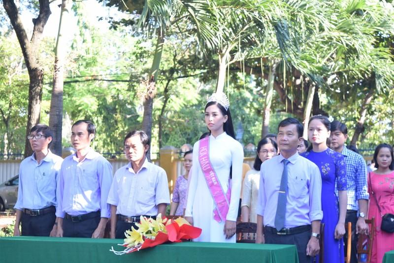Tân hoa hậu Trần Tiểu Vy dự lễ chào cờ ở trường cũ - ảnh 2