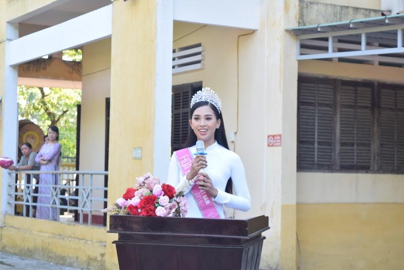 Tân hoa hậu Trần Tiểu Vy dự lễ chào cờ ở trường cũ - ảnh 1