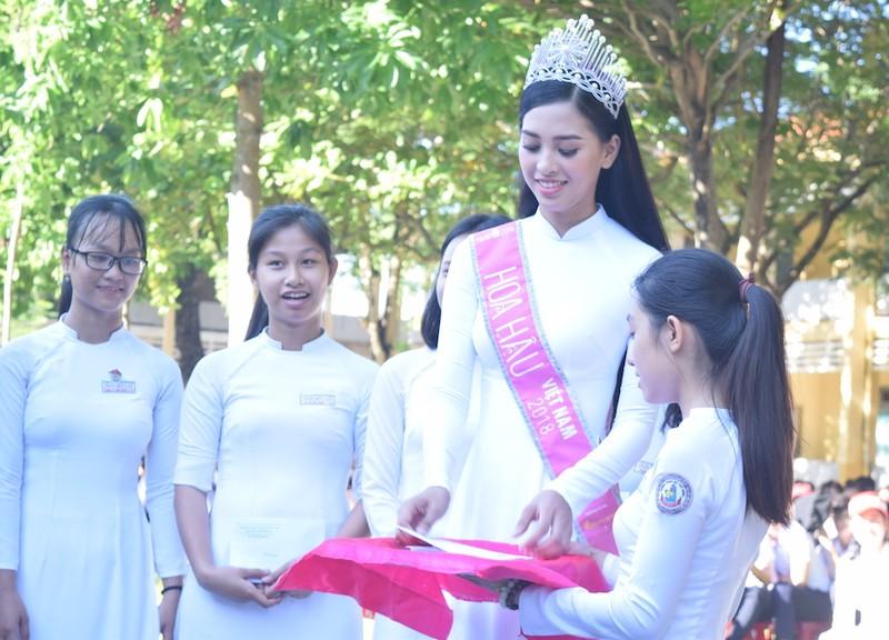 Tân hoa hậu Trần Tiểu Vy dự lễ chào cờ ở trường cũ - ảnh 3