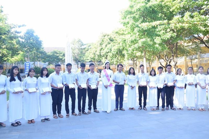 Tân hoa hậu Trần Tiểu Vy dự lễ chào cờ ở trường cũ - ảnh 4