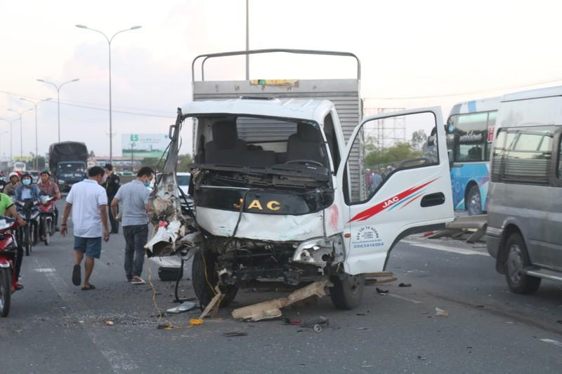 Hàng loạt xe đâm nhau liên hoàn, tài xế rơi ra ngoài tử vong  - ảnh 2