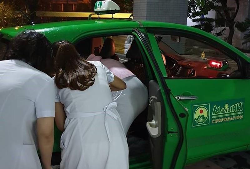 Sản phụ sinh em bé ngay trên xe taxi - ảnh 1
