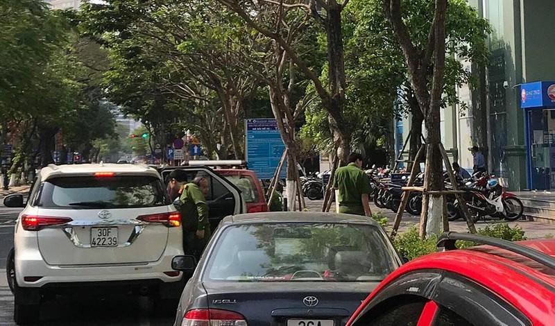 Xe công an ghé nhà cựu Phó chủ tịch UBND TP Đà Nẵng  - ảnh 6