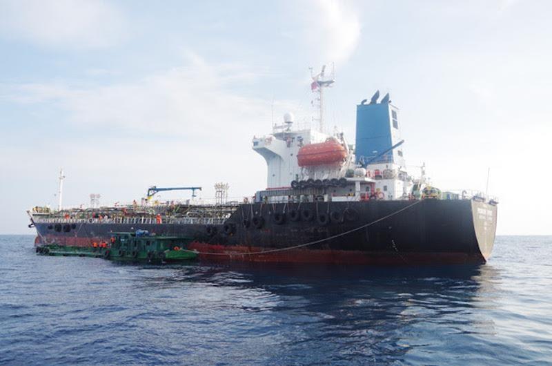 Bắt giữ 2 tàu nghi buôn lậu xăng với số lượng lớn trên biển - ảnh 2