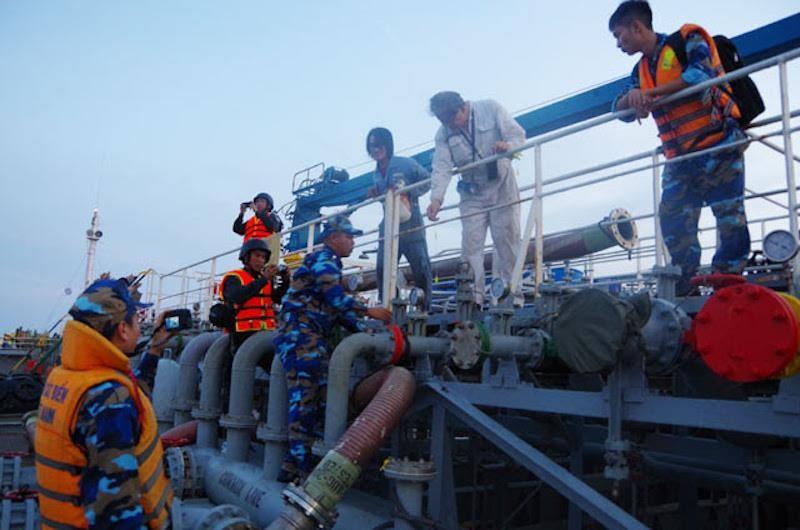 Bắt giữ 2 tàu nghi buôn lậu xăng với số lượng lớn trên biển - ảnh 1