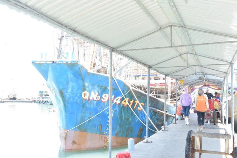 Ngư dân tố bị tàu Trung Quốc áp sát lấy đi hơn 2 tấn mực khô - ảnh 1