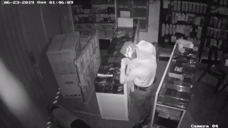 Trộm đột nhập từ trần nhà lấy 80 chiếc điện thoại xịn - ảnh 1