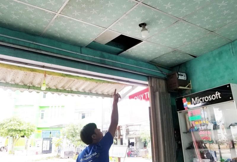 Trộm đột nhập từ trần nhà lấy 80 chiếc điện thoại xịn - ảnh 2