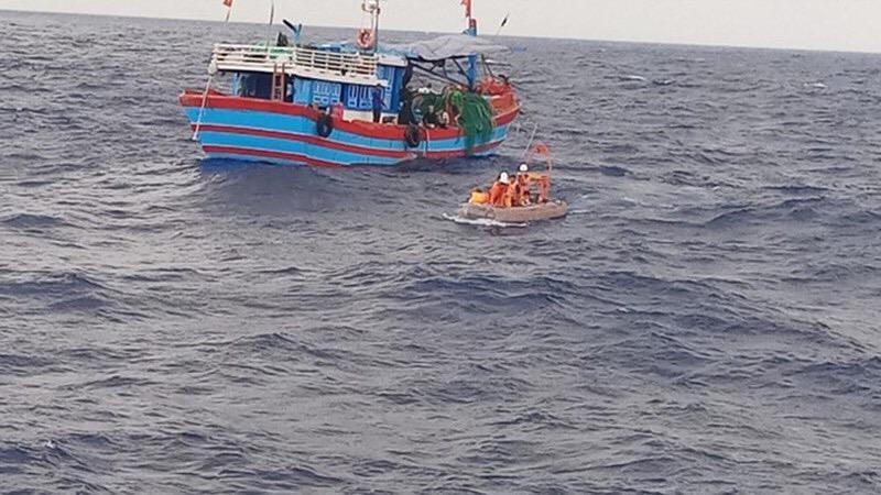 Bàn giao 32 ngư dân Trung Quốc được ngư dân Lý Sơn cứu - ảnh 1