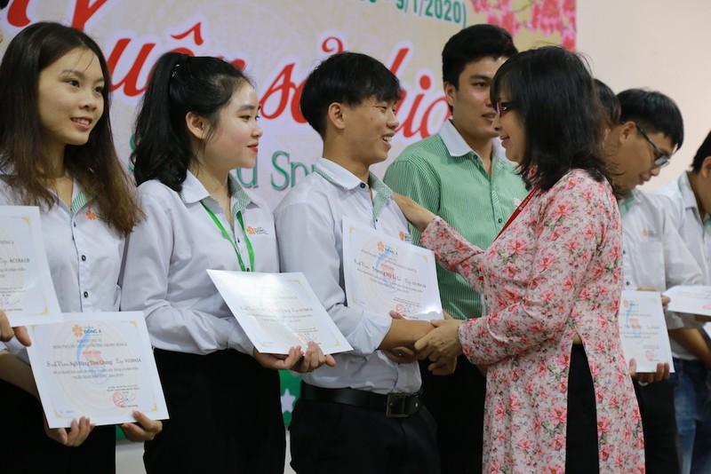 Sinh viên nghèo được tặng vé xe về quê ăn tết - ảnh 1