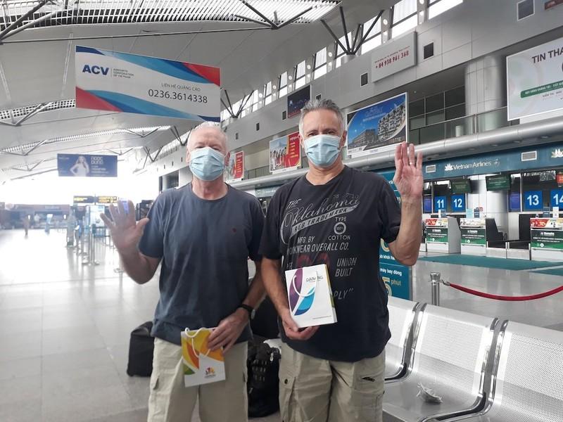 2 bệnh nhân người Anh ở Đà Nẵng nhiễm COVID-19 về nước - ảnh 1