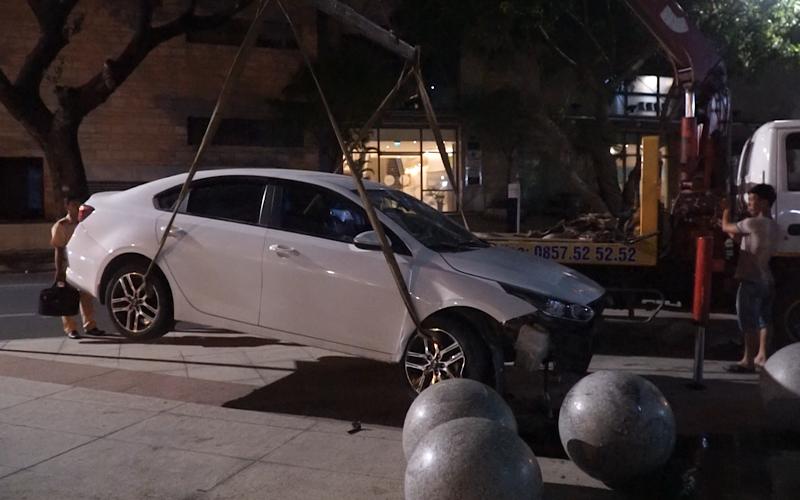 Ô tô húc 2 người rồi lao vào toà nhà hành chính Đà Nẵng - ảnh 1