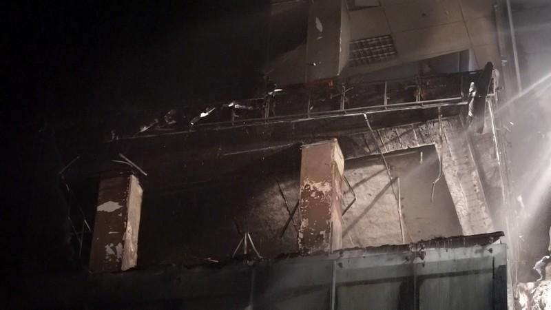 Người dân hốt hoảng vì cháy nhà 7 tầng lúc 0 giờ sáng  - ảnh 1