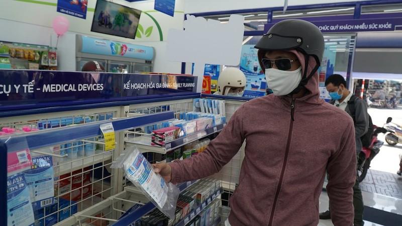 Người dân Đà Nẵng mua khẩu trang sau ca nghi nhiễm COVID-19 - ảnh 1