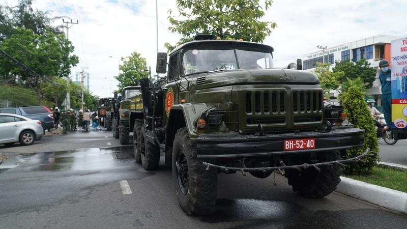 Đoàn xe quân đội phun thuốc khử trùng tại quận Sơn Trà - ảnh 1
