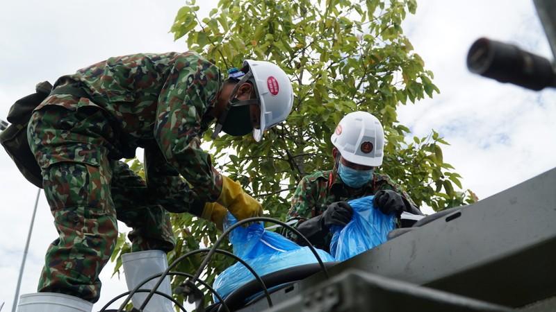 Đoàn xe quân đội phun thuốc khử trùng tại quận Sơn Trà - ảnh 2