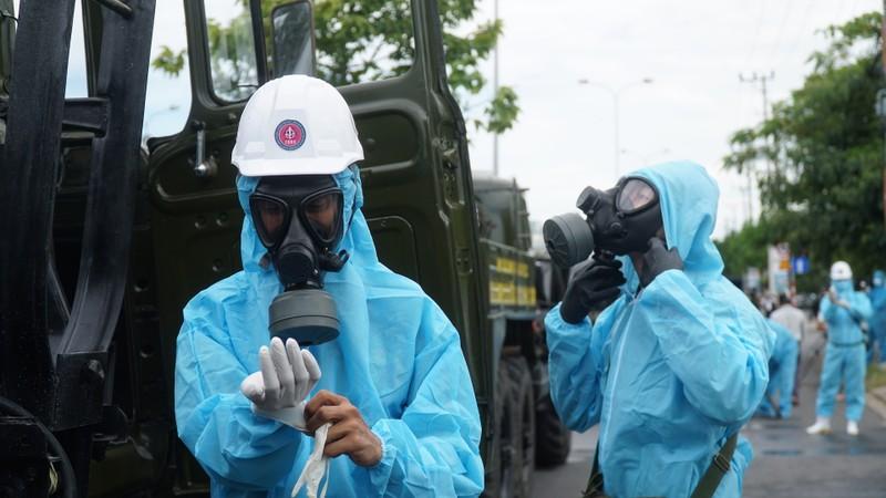 Đoàn xe quân đội phun thuốc khử trùng tại quận Sơn Trà - ảnh 4