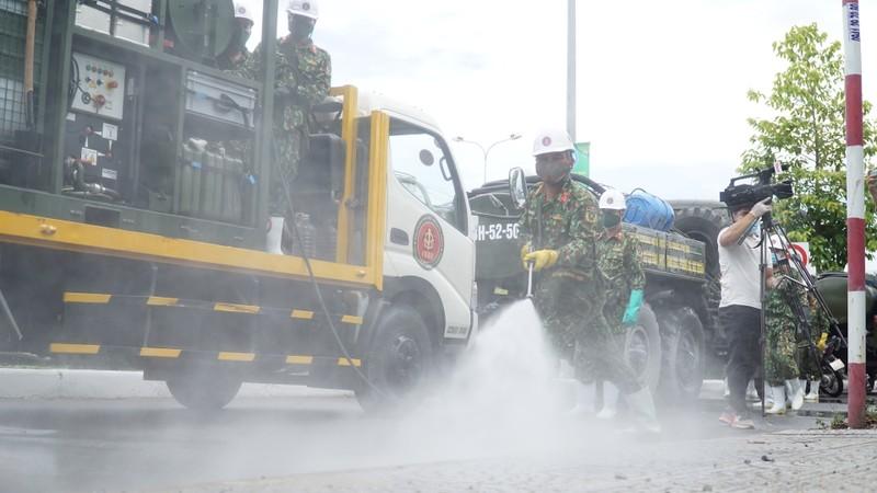 Đoàn xe quân đội phun thuốc khử trùng tại quận Sơn Trà - ảnh 5