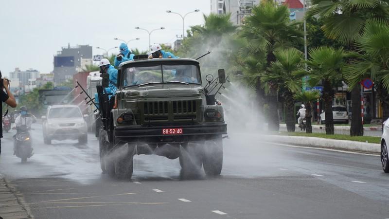 Đoàn xe quân đội phun thuốc khử trùng tại quận Sơn Trà - ảnh 6