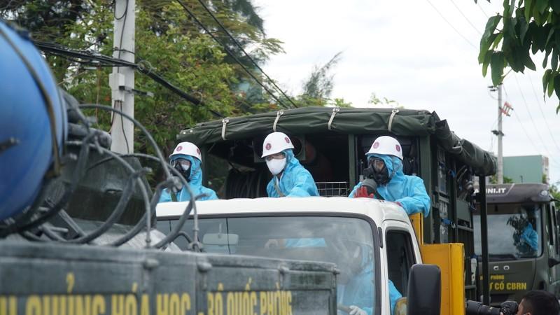 Đoàn xe quân đội phun thuốc khử trùng tại quận Sơn Trà - ảnh 7