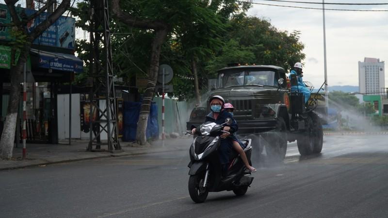 Đoàn xe quân đội phun thuốc khử trùng tại quận Sơn Trà - ảnh 8